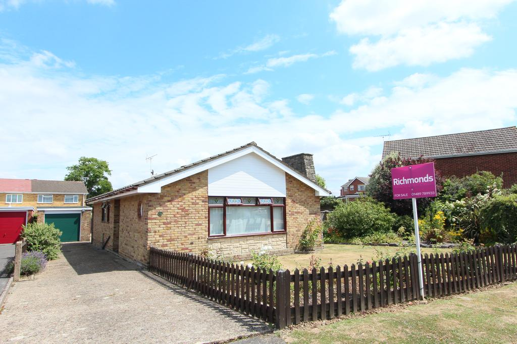 2 Bedrooms Detached Bungalow for sale in Richlans Road, Hedge End SO30