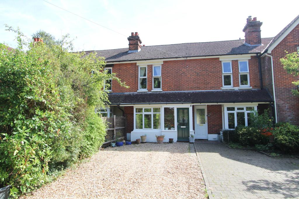 3 Bedrooms Terraced House for sale in Heath Road East, Petersfield
