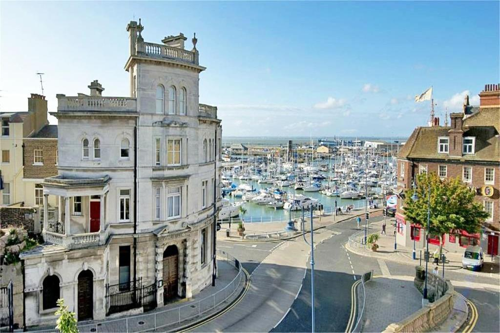 3 Bedrooms Flat for sale in Royal Harbour, Ramsgate, CT11