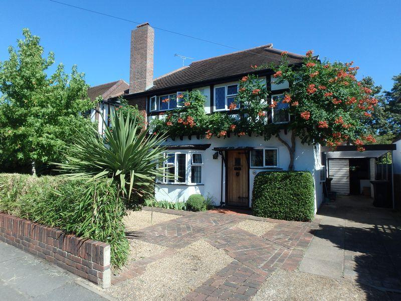 4 Bedrooms Detached House for sale in Squirrels Way, Epsom