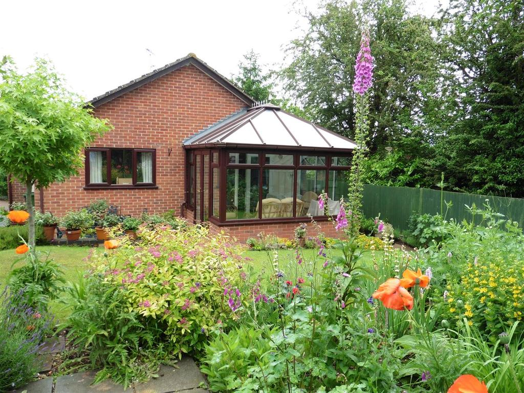 2 Bedrooms Detached Bungalow for sale in Sheraton Drive, Tilehurst, Reading