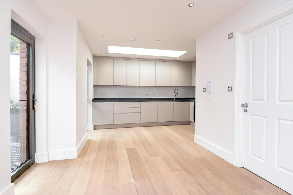 2 Bedrooms Flat for sale in Pirbright Road, Southfields