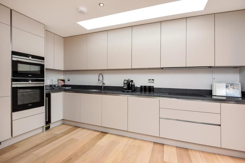 3 Bedrooms Flat for sale in Pirbright Road, Southfields