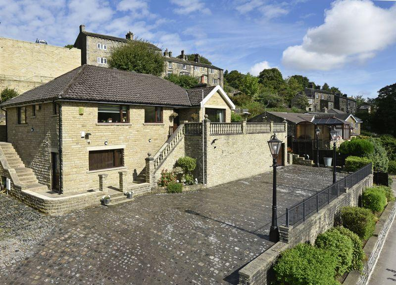 4 Bedrooms Detached House for sale in Mellow Rise, Small Lees Road, Ripponden, HX6 4DZ