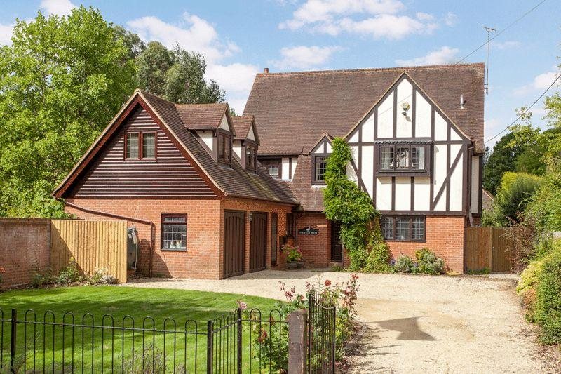 5 Bedrooms Detached House for sale in Medmenham, Nr Marlow.