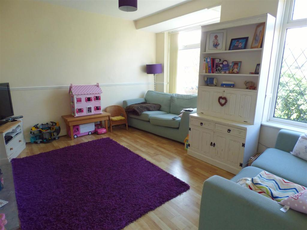 3 Bedrooms Semi Detached House for sale in Larch Drive, Odsal,Bradford, BD6 1DU