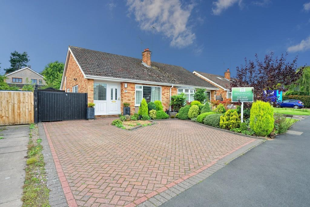 2 Bedrooms Semi Detached Bungalow for sale in Beech Drive, Kenilworth