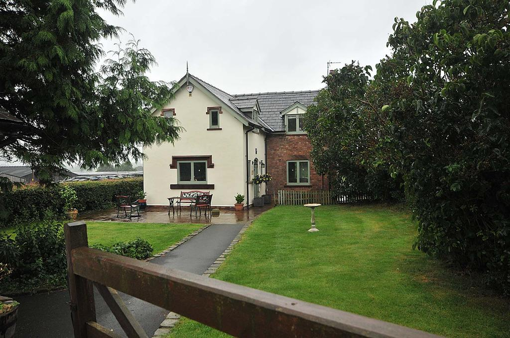 3 Bedrooms Detached House for sale in Northwich Road, Dutton