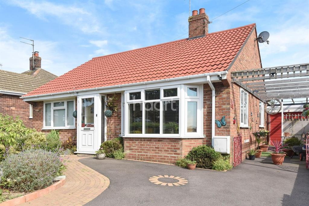 2 Bedrooms Bungalow for sale in Sharon Drive, Lowestoft