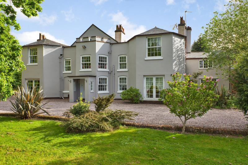 5 Bedrooms Detached House for sale in Hawarden, Nr Chester, CH5