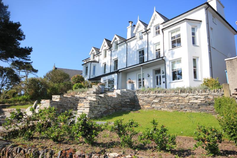 5 Bedrooms Semi Detached House for sale in Borth Y Gest, Porthmadog, Gwynedd, LL49