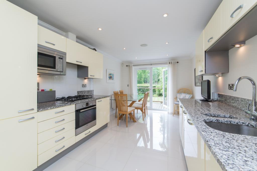 2 Bedrooms Flat for sale in Whittets Ait, Jessamy Road, Weybridge, KT13