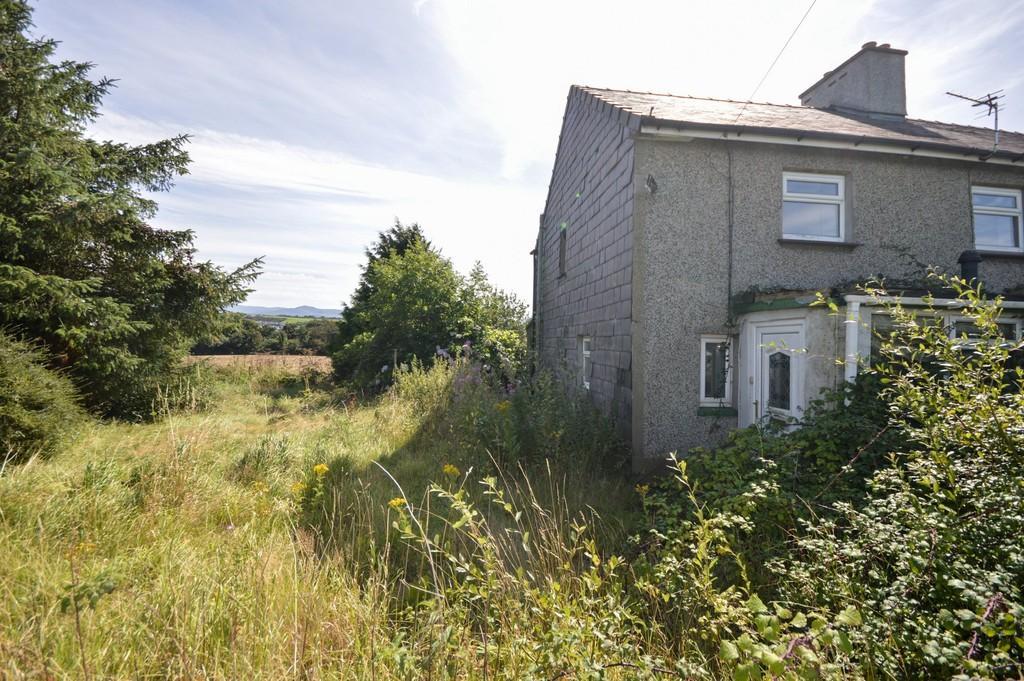 3 Bedrooms Semi Detached House for sale in Bryn Amel, Llanfairpwll, North Wales