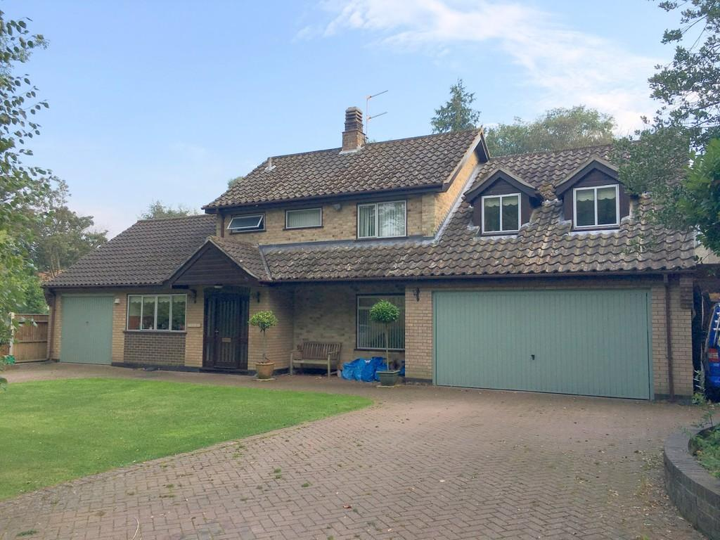 4 Bedrooms Detached House for sale in Hall Drive, Oulton Broad, Lowestoft