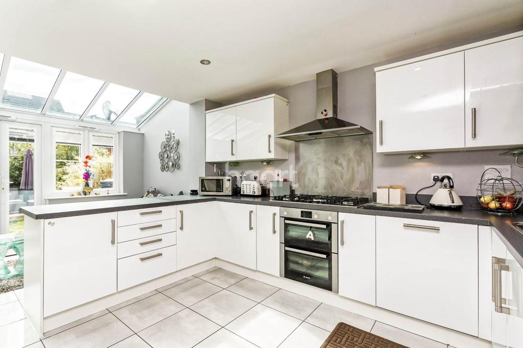 4 Bedrooms Semi Detached House for sale in Kenbury Drive