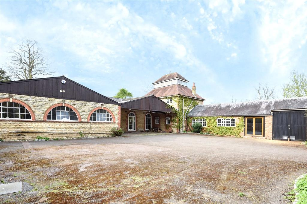 3 Bedrooms Barn Conversion Character Property for sale in The Stables, The Priory, Cosgrove, Northamptonshire, MK19