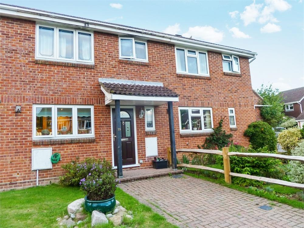 3 Bedrooms Terraced House for sale in Periwinkle Close, Lindford, Bordon, Hampshire