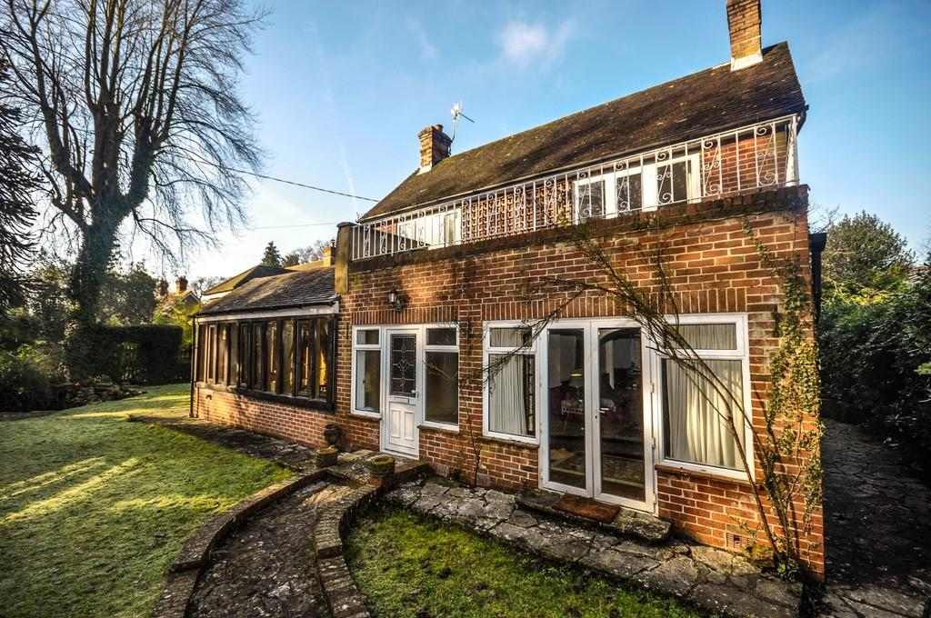 4 Bedrooms Detached House for sale in Passfield, Liphook