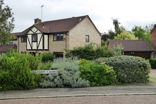 5 Bedrooms Detached House for sale in Chaffinch Close, East Hunsbury, Northampton, NN4