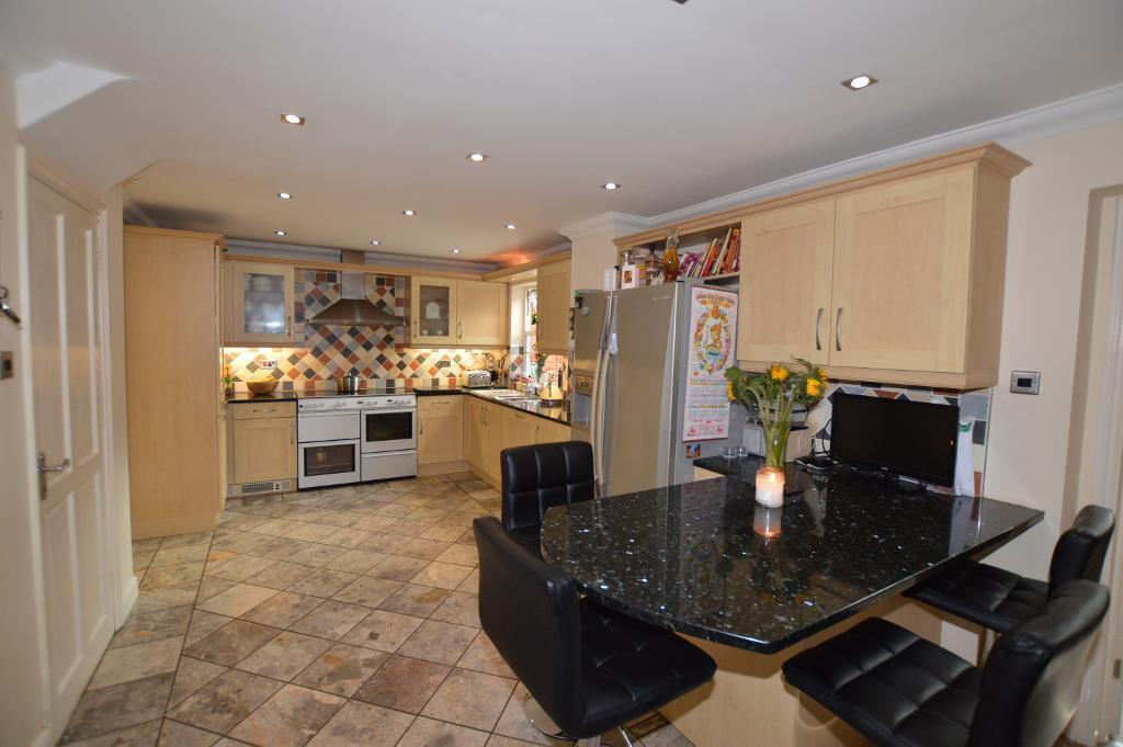 4 Bedrooms Detached House for sale in Kershaw Close, Luton, LU3 4AT