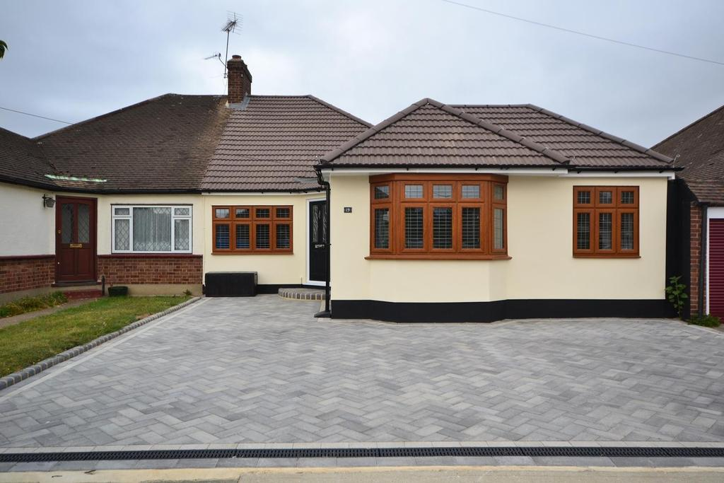 3 Bedrooms Semi Detached Bungalow for sale in Worcester Avenue, Upminster, Essex, RM14