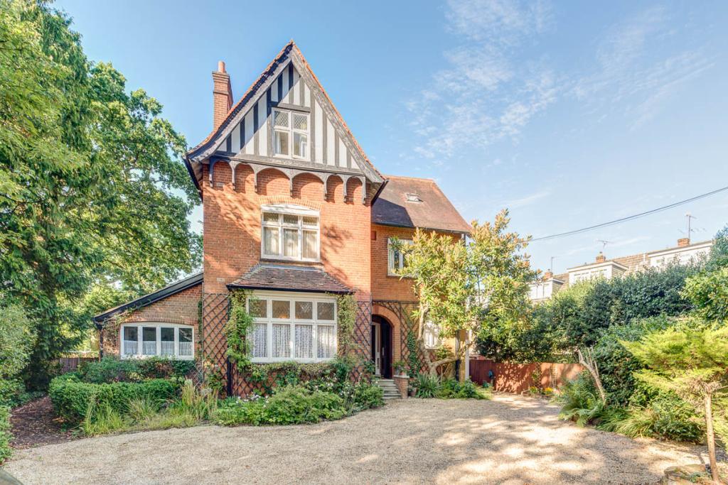 1 Bedroom Flat for sale in Station Avenue, Walton On Thames, KT12