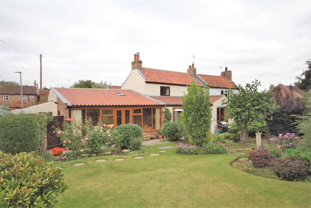 3 Bedrooms Cottage House for sale in Ings View Cottage, Back Lane, Wilberfoss, York, YO41