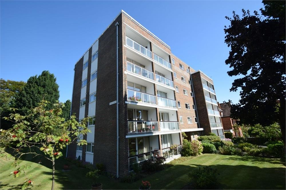 3 Bedrooms Flat for sale in Carlisle Road, Meads, East Sussex