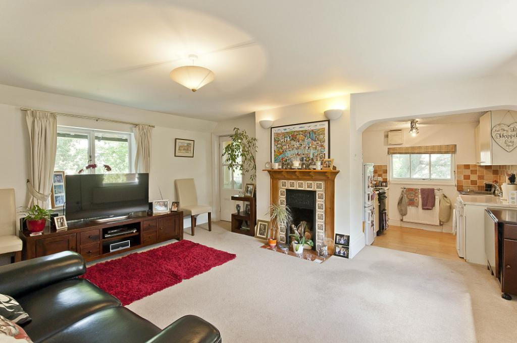 2 Bedrooms Flat for sale in Station Avenue, Walton On Thames, KT12