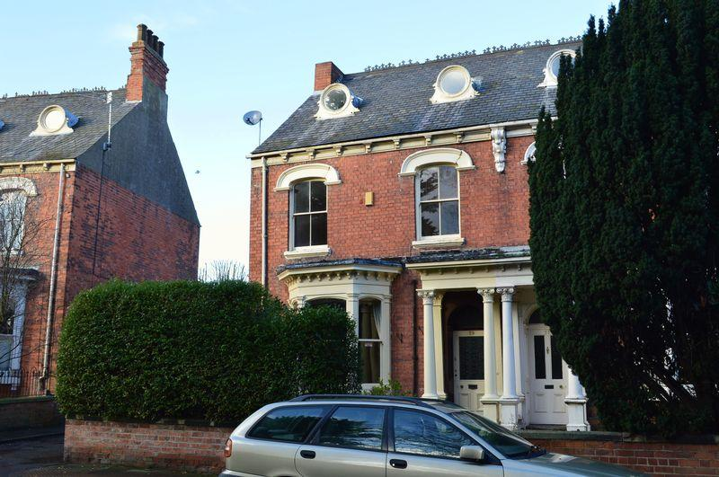 5 Bedrooms Terraced House for sale in Abbey Road, Grimsby