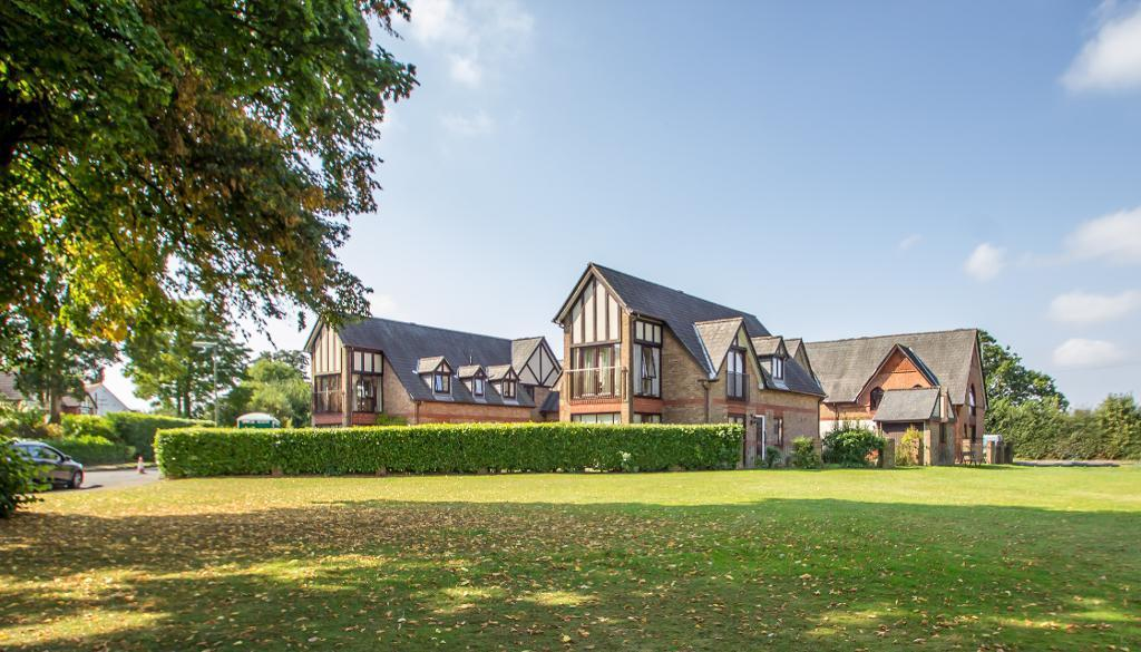 2 Bedrooms Flat for sale in Redvers Court, Redvers Road, Warlingham, Surrey, CR6 9JW