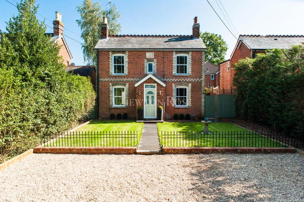 4 Bedrooms Detached House for sale in New Road, Ascot