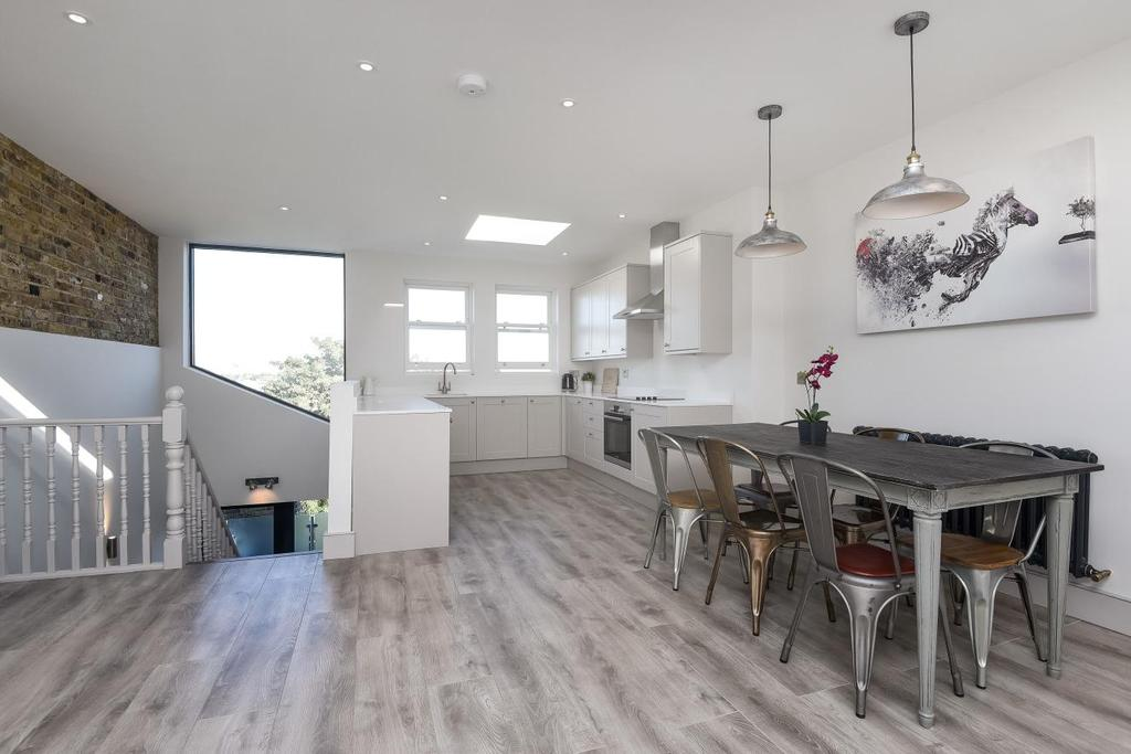 3 Bedrooms Flat for sale in Stormont Road, Battersea, SW11