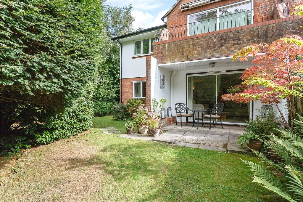 2 Bedrooms Flat for sale in Tunmers Court, Narcot Lane, Chalfont St Peter, Gerrards Cross