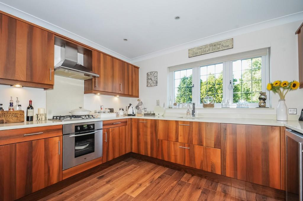 3 Bedrooms Terraced House for sale in Lenham Road, Kingswood