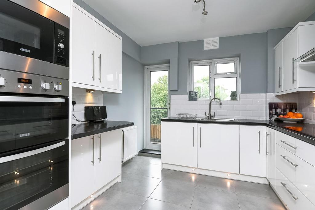 3 Bedrooms Flat for sale in Edensor Gardens, Chiswick, W4