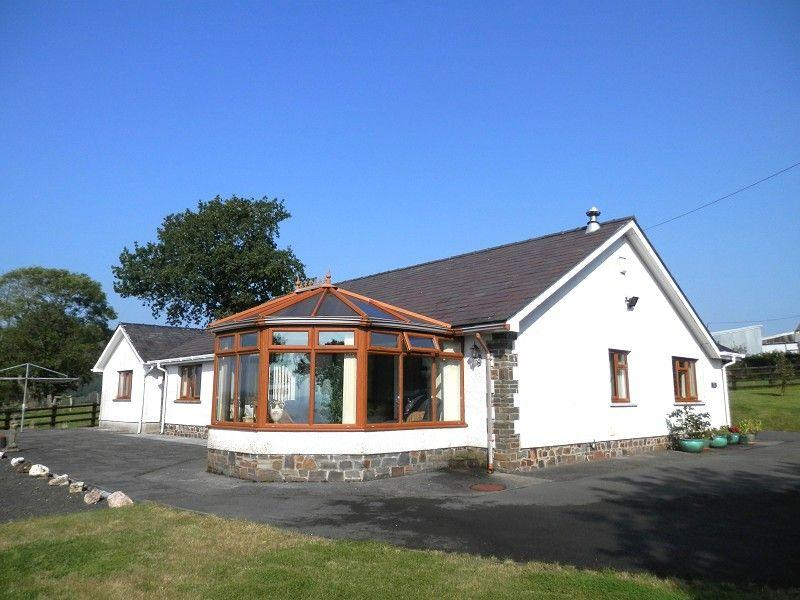 3 Bedrooms Detached House for sale in Llandovery, Carmarthenshire.
