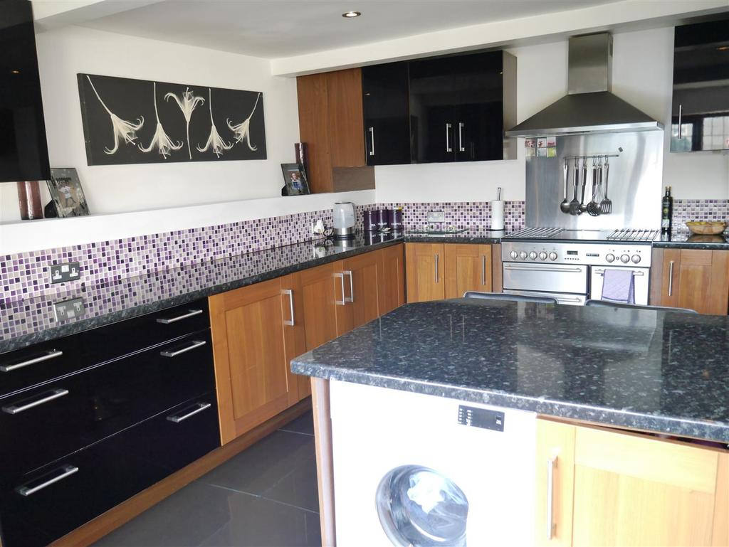 3 Bedrooms Detached House for sale in Oaklands,Idle, Bradford, BD10 8RG