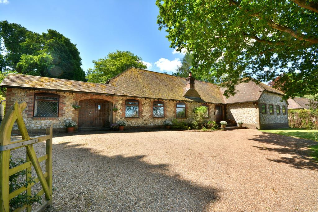 7 Bedrooms Chalet House for sale in Haglands Copse, West Chiltington