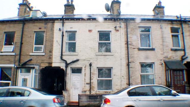 2 Bedrooms Terraced House for sale in 2 bedroom front terrace house for sale on West Park Road BD8