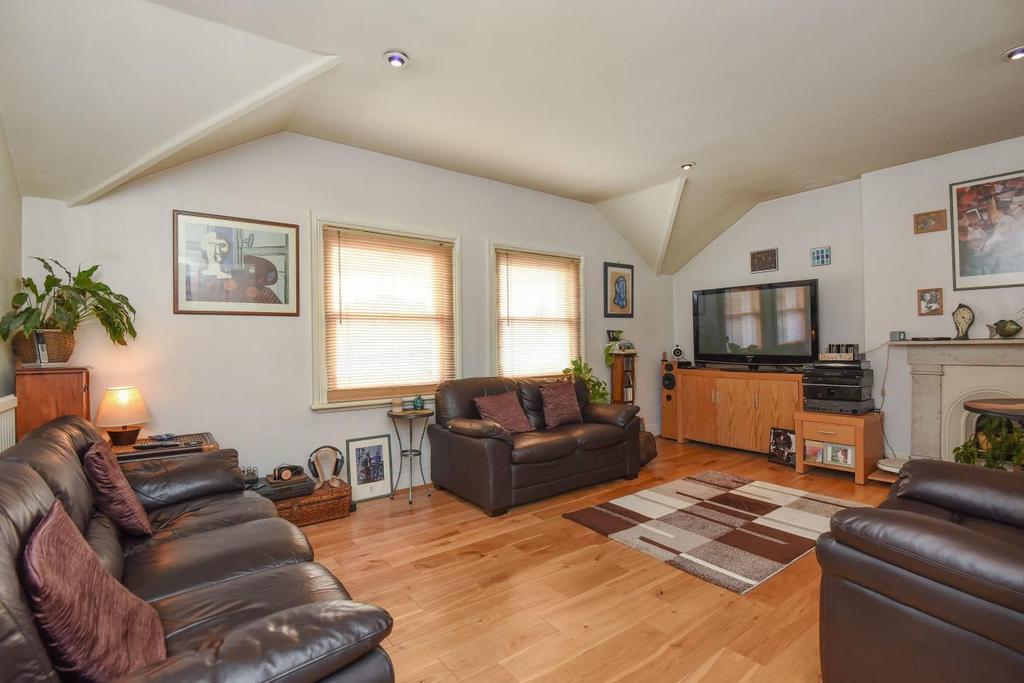 2 Bedrooms Flat for sale in Heathfield Road, Keston, BR2