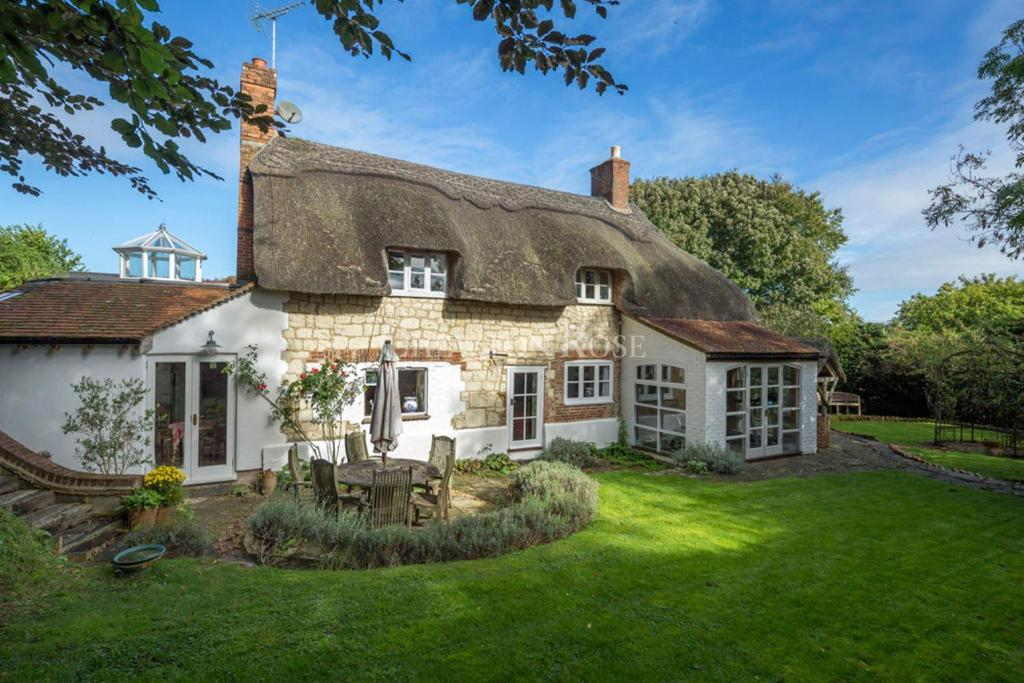 4 Bedrooms Detached House for sale in Selborne