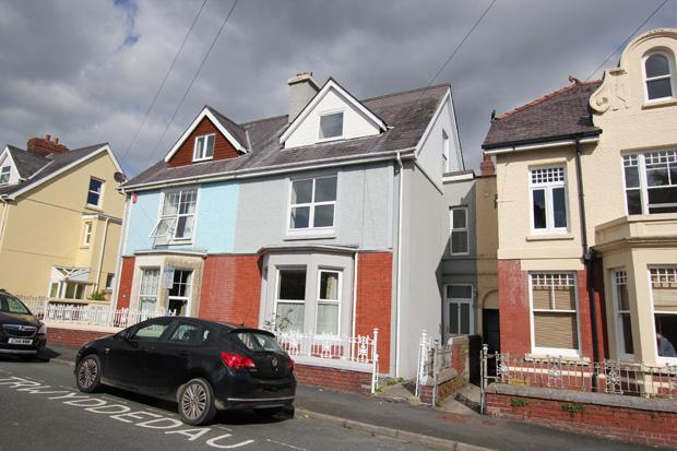 4 Bedrooms Terraced House for sale in St David's Avenue, Carmarthen, Carmarthenshire