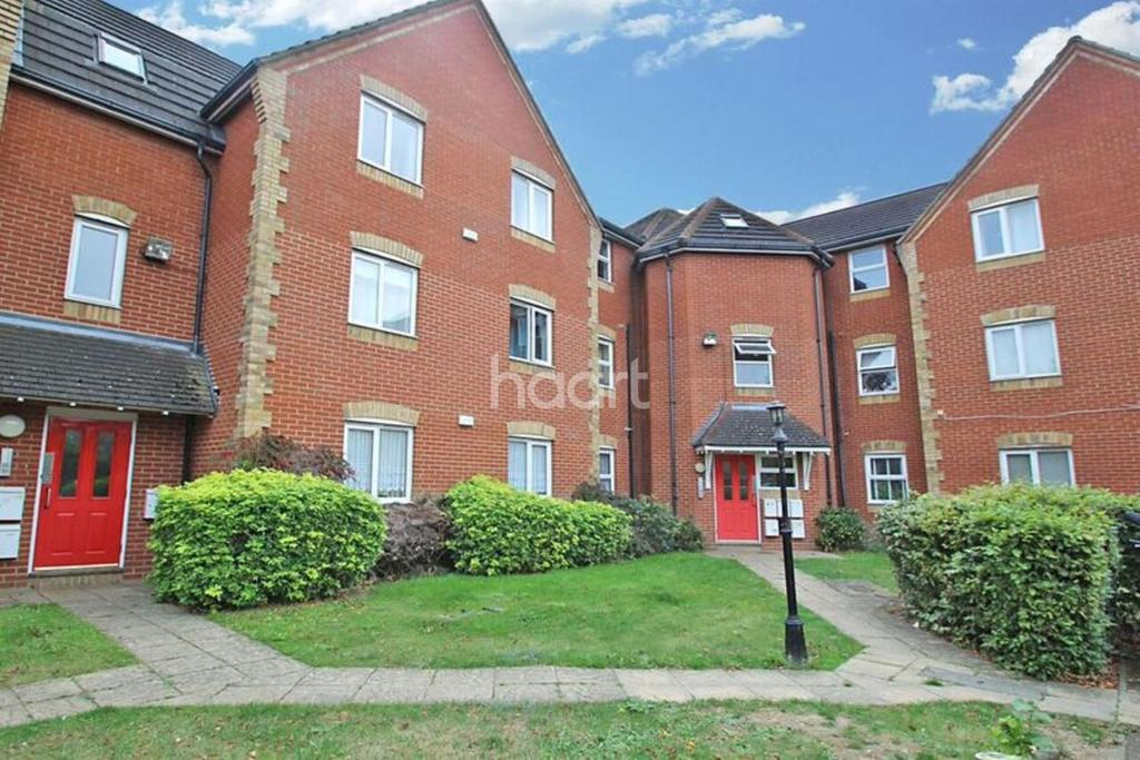 2 Bedrooms Flat for sale in Bluebell Close, Rush Green, Romford