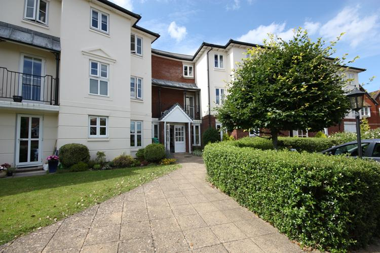 2 Bedrooms Flat for sale in Bucklers Court, Anchorage Way, Lymington SO41