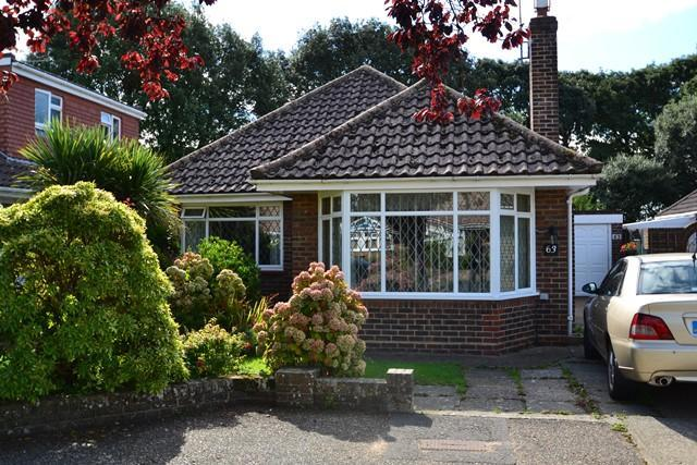 2 Bedrooms Detached Bungalow for sale in Midhurst Drive, Ferring, West Sussex, BN12 5BQ