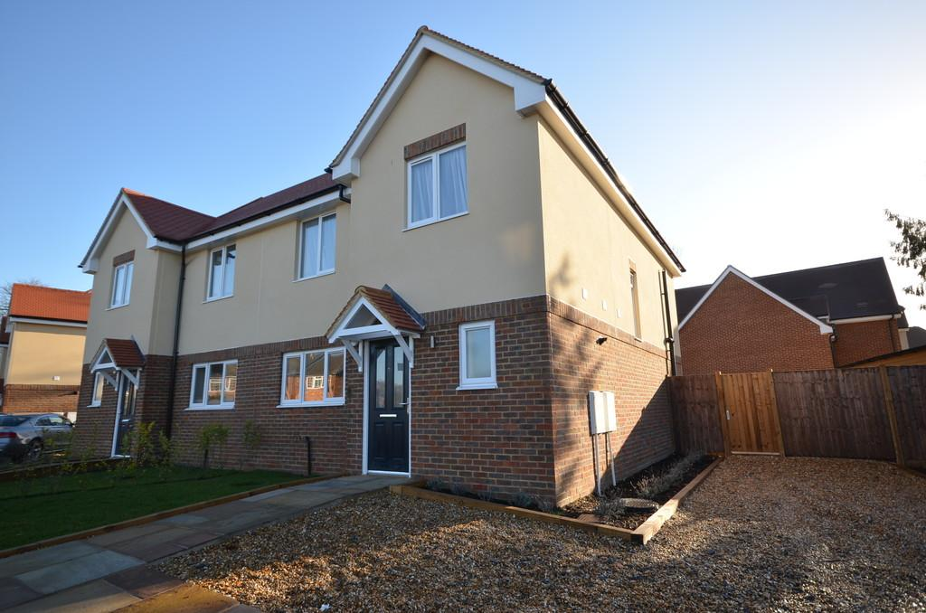 3 Bedrooms Semi Detached House for sale in Poyle Road, Tongham