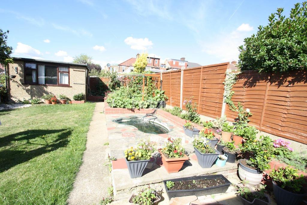 4 Bedrooms Bungalow for sale in Hillington Gardens, Woodford Green, IG8