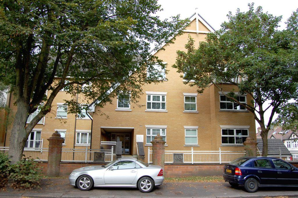 2 Bedrooms Apartment Flat for sale in Stag Lane, Buckhurst Hill, IG9
