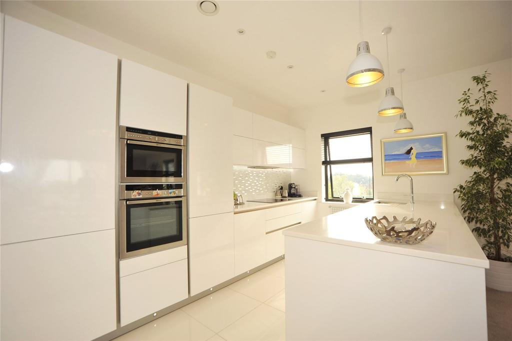 2 Bedrooms Apartment Flat for sale in Coptfold House, New Road, Brentwood, Essex, CM14